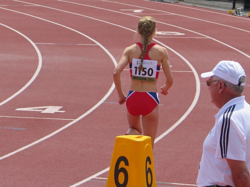 Før starten på 800m i jr VM Euegne. Det ble pers 2.07.30.